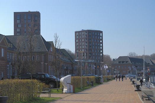 Die Promenade, im Hintergrund die Appartement-Hochhäuser Lee und Luv