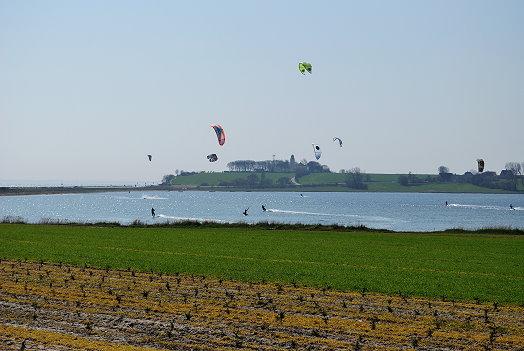 Eine Segelsurfer-Gruppe in der geschützten Bucht