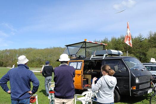Der mobile Tower und Vereinsmitglieder beim Beobachten der Landung